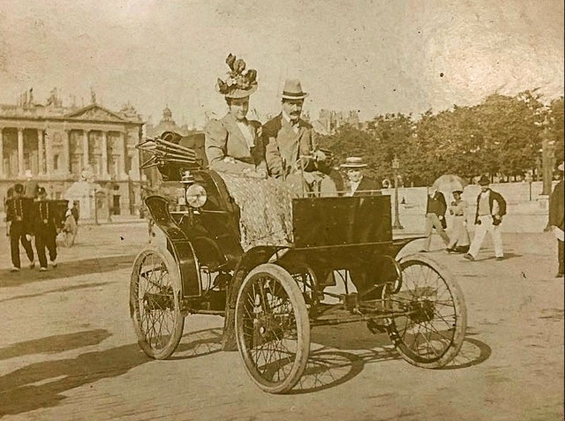 Райкеры в Riker Electric Car в Париже, 1898 год